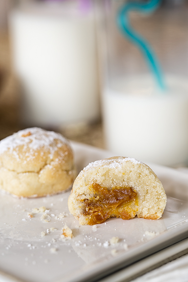 Shortbread Filled with Dulce de Leche and cold milk